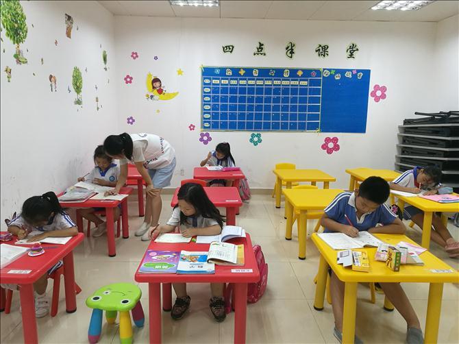 为解决社区双职工家庭子女课后看护的问题,上林社区党群服务中心特设四点半课堂。主要是为社区儿童提供免费、适宜的学习场所及作业辅导。在9月13日下午举行了简单又温馨的开课仪式。 四点半课堂作为服务中心的常规活动, 2017年下半年度共有11名社区儿童报名参加。在第一次正式开课之前,社工先介绍了服务中心在四点半课堂能提供的服务内容并告知社区儿童及其家长相关的服务内容和管理制度,确保儿童和家长知道并了解我们的服务内容和管理模式。在第一时间引导家长签订四点半课堂安全责任协议书,为后期四点半课堂的顺