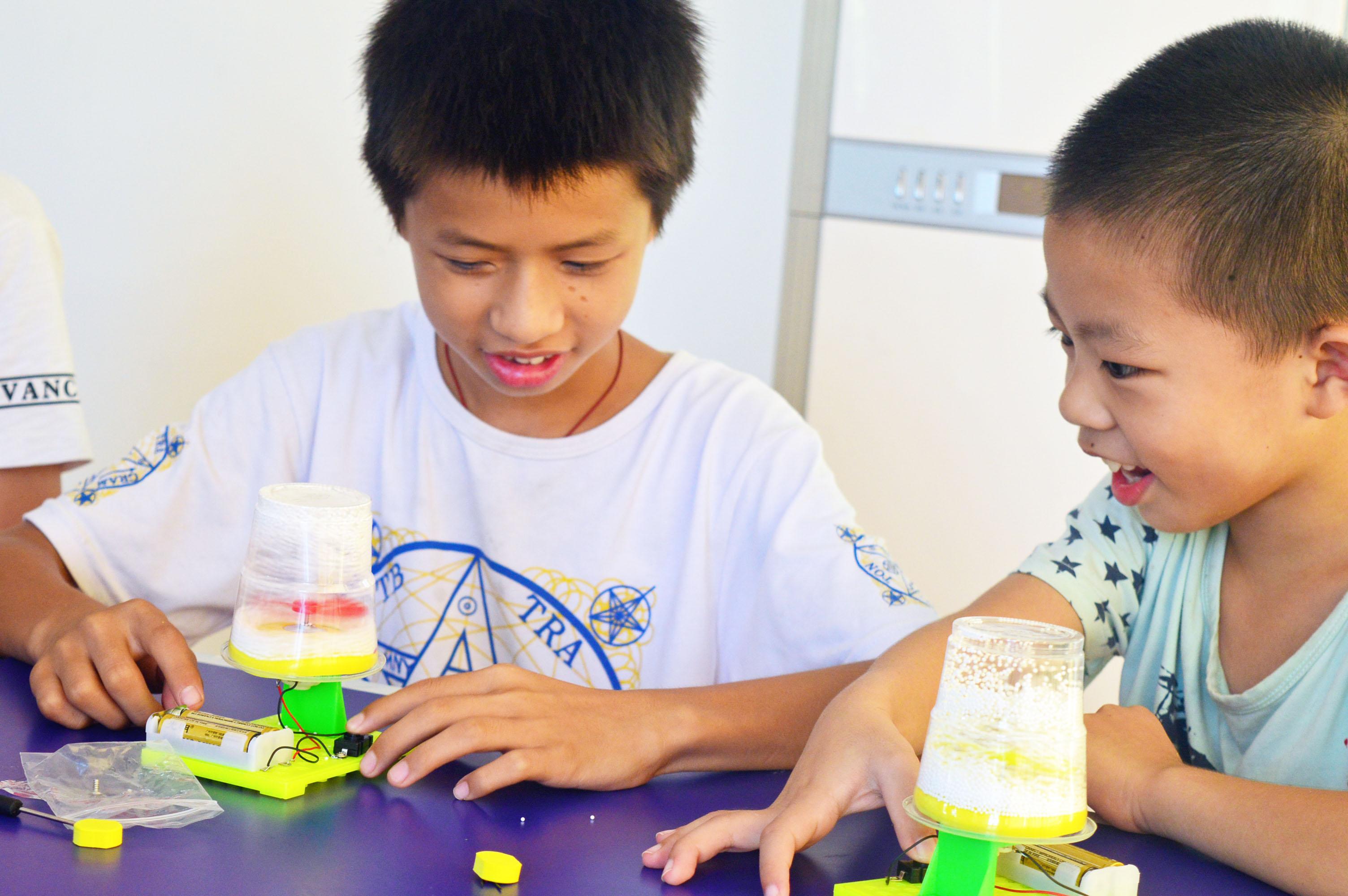 暑期8月,彩虹驻葵涌街道办事处的社工在溪涌社区开展以培养青少年手工实验探索科学知识为主的小组活动,旨在培养青少年的科学兴趣丰富其暑期生活。 小组共7小节吸引活动参与人次达73人,社工带领小组以鸡蛋保卫战、太阳能小汽车、水果发电池、电动飞雪、动力飞车小实验体验科学的乐趣与原理。小组活动中社工设立多个互动游戏,让小组成员在玩游戏过程增加彼此的认识。其中小威小朋友表示很喜欢此次的小组活动,虽然他在鸡蛋保卫战中没能成功保护鸡蛋,但他最喜欢的是这个实验,并希望以后能多开展此类活动。